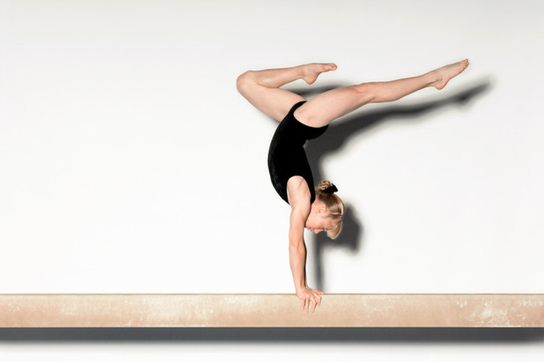 Atividades físicas podem estimular a perda involuntária de urina.VERDADE Atividades físicas que envolvem muito impacto, como ginástica olímpica e salto em distância, podem estimular o desenvolvimento da doença principalmente em mulheres. Em contrapartida, exercícios mais leves e moderados como hidroginástica podem ajudar a reduzir os sintomas