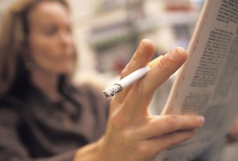 """O tabagismo aumenta as chances de desenvolver incontinência urinária. VERDADE  O hábito de fumar causa tosses frequentes e constantes, que demandam esforço abdominal. Desta forma, quanto mais se tosse, mais """"afrouxa-se"""" a região pélvica, podendo resultar na perda involuntária de urina"""