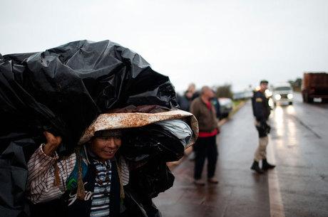Índios kaiowá, despejados da terra indígena retomada Apyka'i, voltam à beira da estrada em julho passado, em Dourados (MS)