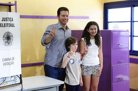 Nelson Marchezan Júnior votou com os filhos neste domingo