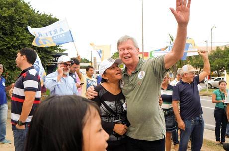 Candidato do PSDB, Artur Neto tem 70 anos, nasceu em Manaus