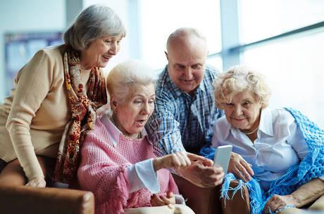 Idosos, aposentadoria, terceira idade, celular