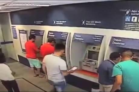 Bandidos clonavam cartões e roubavam dinheiro de idosos