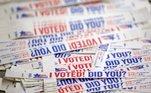 As eleições nos EUA são diferentes do que os brasileiros estão acostumados. O pleito norte-americanos tem regras que não são nacionais e isso permite que cada Estado decida como sua população irá votar, como será feita a apuração e quais as condições para a população ir às urnas. Conheça algumas das diferenças disputa eleitoral nos dois países: