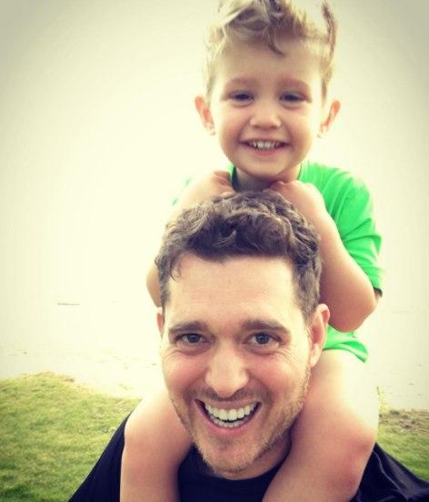 Filho de Michael Bublé está bem após diagnóstico de câncer, diz tia