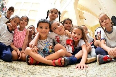 Crianças de quatro a seis anos foram encontrar o Papai Noel na abertura da campanha no prédio histórico dos Correios, em São Paulo