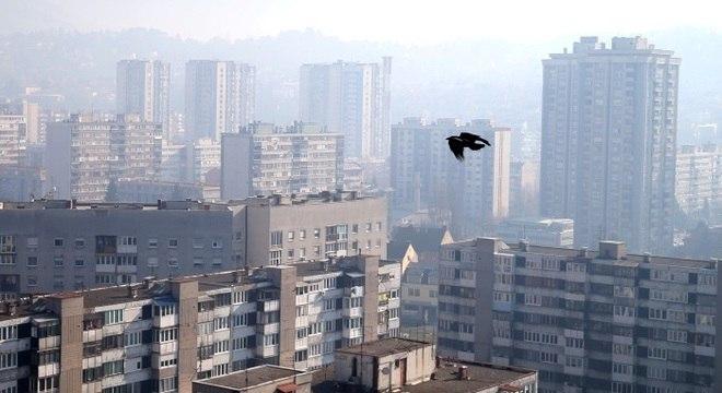 Nevoeiro de poluição cobre prédios no centro de Sarajevo, na Bósnia
