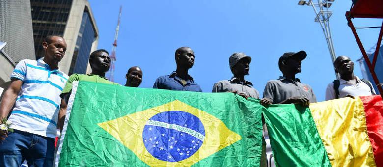 Pessoas do mundo todo ocupam a Avenida Paulista na 10ª Marcha dos Imigrantes