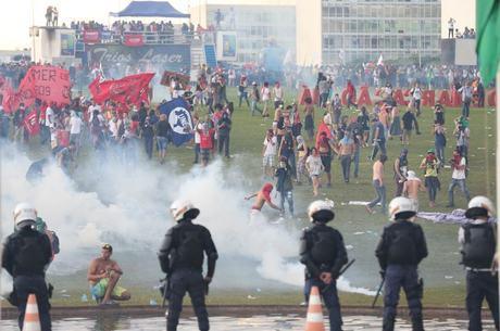 Polícia tenta dispersar os manifestantes jogando bomba de gás