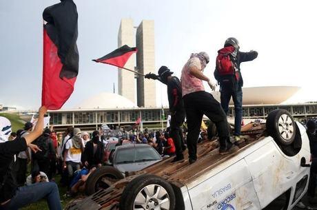 Antes da votação, milhares de pessoas protestaram contra a aprovação da PEC em frente ao Congresso Nacional