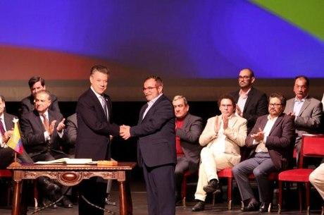Novo acordo de paz é assinado entre o governo da Colômbia e as Farc