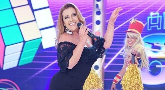 """Rita Cadillac cantou e dançou o sucesso """"É Bom para o Moral"""" no palco"""