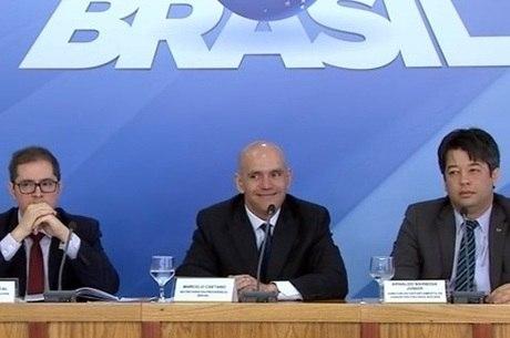 Marcelo Caetano, no centro, anunciou as novas regras
