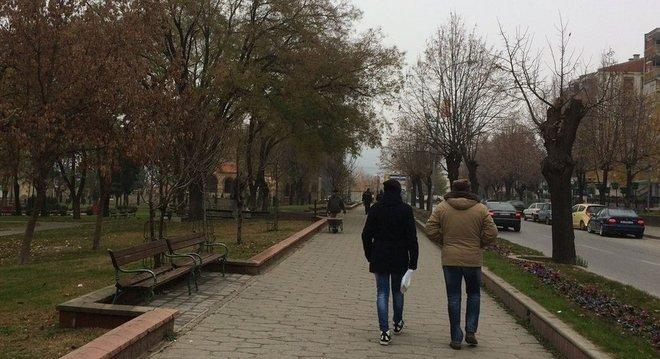 Moradores caminham em rua na cidade de Veles, no interior da Macedônia