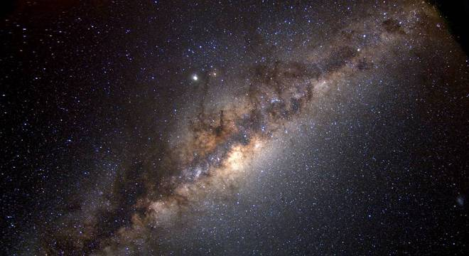Essa é a Via Láctea, galáxia que abriga o nosso planeta em foto divulgada pela agência espacial norte-americana