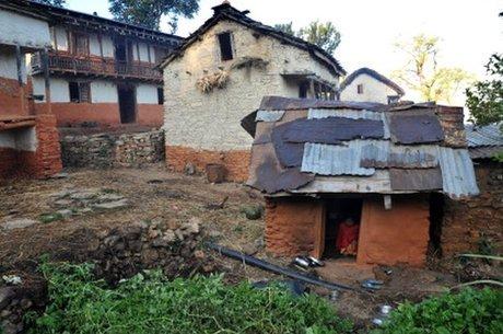 No Nepal oriental, jovens e mulheres às vezes são obrigadas a ficar em barracos enquanto estão menstruando