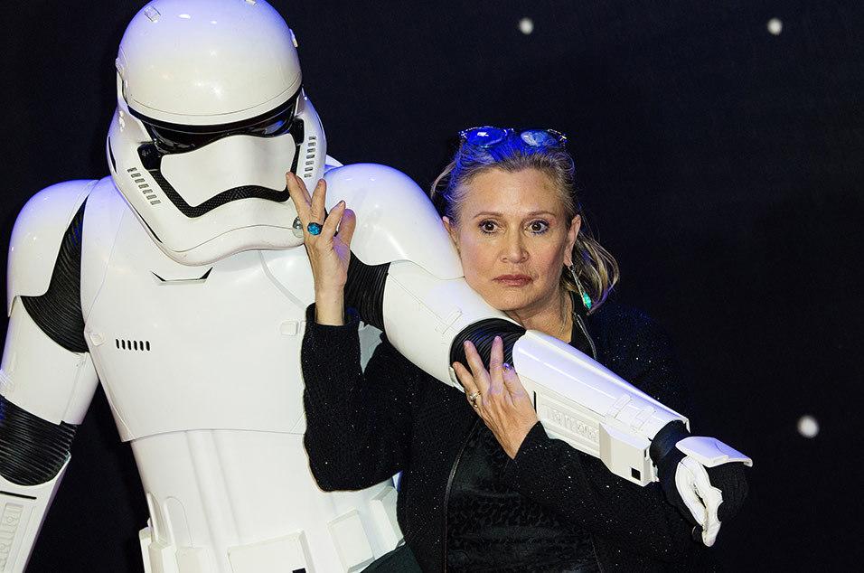 Carrie Fisher, a Princesa Leia de Star Wars, sofre ataque cardíaco em avião, diz site