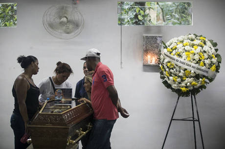 Familiares velam vendedor morto no Metrô