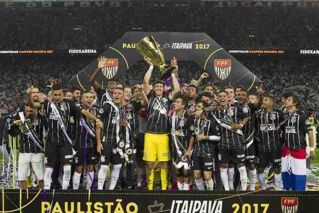 2017 - Em baixa após uma temporada que destroçou elenco, o Corinthians era considerado a quarta força do estado de São Paulo. Sem poder fazer grandes investimentos, apostou em Fábio Carille como técnico e logo de cara conquistou o Paulistão daquele ano.