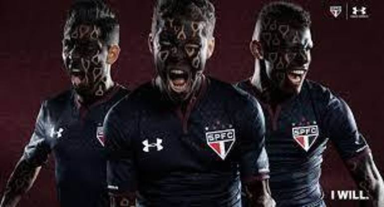 2017 - Naquele ano, o São Paulo lançou uma camisa alternativa toda preta, com alguns detalhes também em preto. A camisa não fez muito sucesso entre os torcedores.