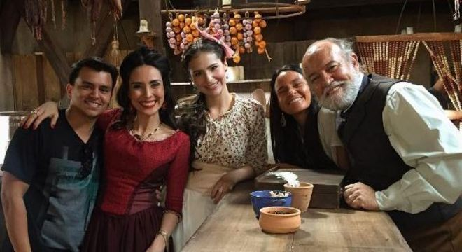 O autor Gustavo Reiz com atores da novela Escrava Mãe