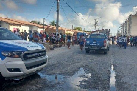 Moradores ainda arrombaram a porta para resgatar as vítimas, mas só conseguiram resgatar a mulher de Gilson e uma crinça