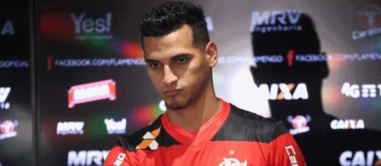 525ca3580d Flamengo apresenta oficialmente companheiro de Guerrero na seleção ...