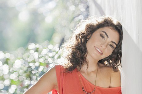 Bruna Caram, que canta, toca, atua e também lançou um livro