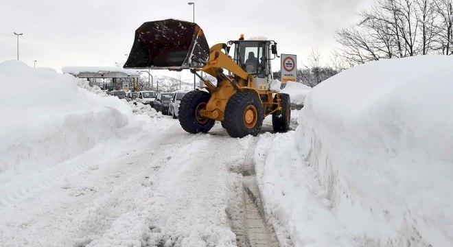 Várias regiões italianas estão cobertas por neve dificultando a atuação da defesa civil