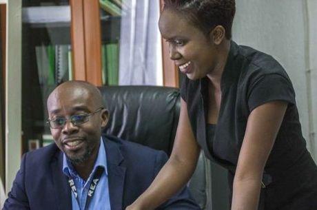 Justin Mukosa (esq.), chefe de Ndekela Mazimba, apoia a folga mensal, mas admite que há casos de mau uso da lei Críticos