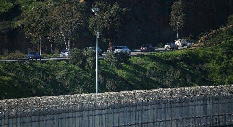 Muro separa fronteira entre Estados Unidos e México no Texas