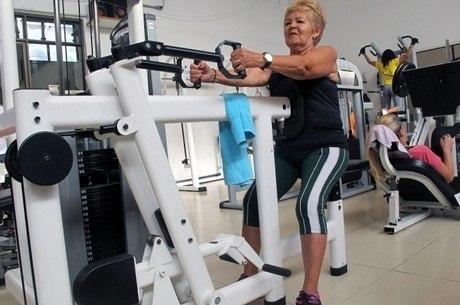 Prevenção contra quedas, músculos fortes, mais disposição e independência: benefícios da musculação após os 60 anos são vários