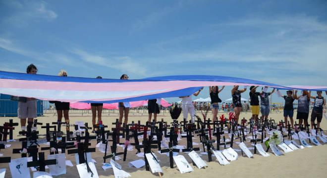 Protesto contra a transfobia realizado neste domingo (29) na praia de Copacabana