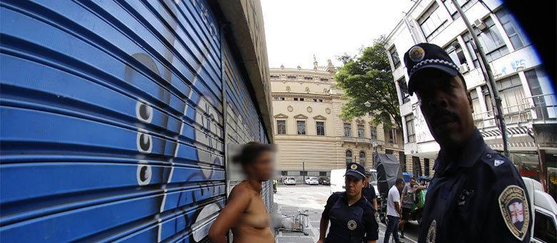 O fotógrafo registrou a abordagem de dois guardas municipais à moradora de rua