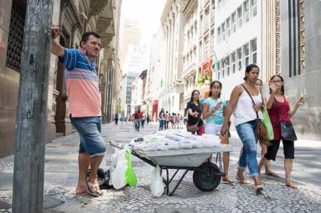 Com 2 milhões a mais de demitidos em 2016, informalidade cresce no País. São 12,3 milhões de desocupados, de acordo com o IBGE