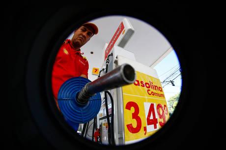 Encher tanque de 50 litros com gasolina custa R$ 218