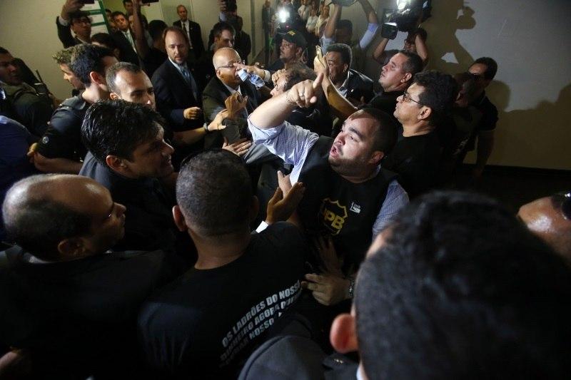 Policiais invadem Câmara em protesto contra reforma da Previdência