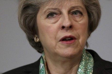 Lei aprovada permite que premiê britânica inicie saída da UE