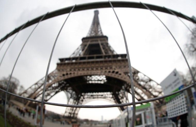 Resultado de imagem para a base da Torre Eiffel estava ontem sendo cercada por um vidro à prova de bala