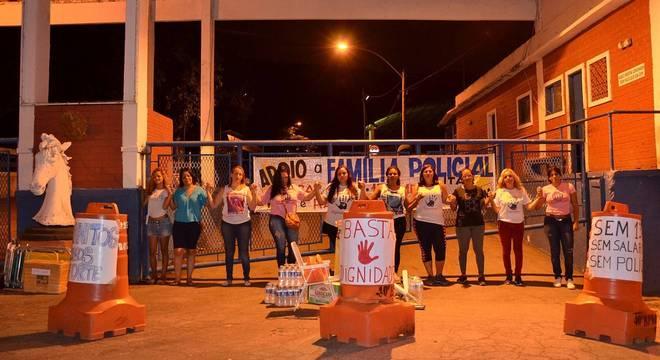 Cerca de 15 mulheres tentaram interditar a porta da sede do Batalhão de Choque da PM do Rio