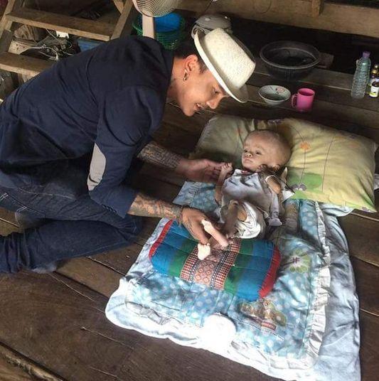 Um homem famoso na Tailândia resolveu se engajar em uma campanha para ajudar uma menina de dois anos, que sofre de múltiplas doenças e que necessita do amor e da solidariedade humanas para sobreviver. As informações são do The Mirror