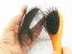 <b>3) Tinta e produtos químicos fazem o cabelo cair mais? Mito.</b> <br><br>Eles não têm uma interferência na raiz do cabelo. Tratamentos como escova, chapinha e alisamentos fazem com que o cabelo fique mais quebradiço, ele vai ter fraturas, mas não vai cair. Uma das coisas que pode acontecer é que os pacientes reclamem que o cabelo parou de crescer no caso do uso frequente de tintas ou químicas. Se o seu cabelo cresce um milímetro por dia e você reaplica a tinta, por exemplo, vai influenciar no crescimento. Dá uma sensação de queda, mas na verdade é quebra