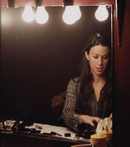 Alanis Morissette. Foto do site da Entretenimento R7 que mostra Casa de Alanis Morissette é assaltada e cerca de US$ 2 milhões em joias são levados
