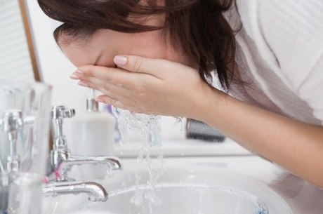 Lavar o rosto com sabonetes especiais de três a cinco vezes ao dia é o primeiro passo para evitar a oleosidade da pele