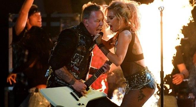 James Hetfield, vocalista do Metallica, cantando com Lady Gaga após falha em seu microfone
