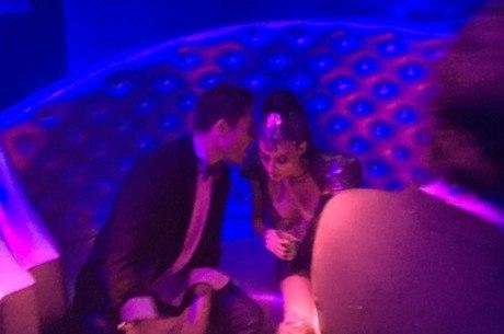 Thaila e o astro de Gossip Girl ficaram conversando em um cantinho do sofá no baile da Vogue