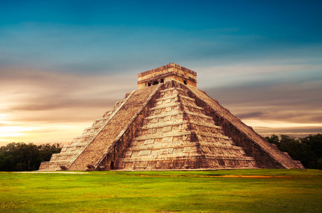 Acima, Chichén Itzá, no México