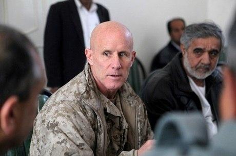 Robert S. Harward durante visita a Zaranj, no Afeganistão