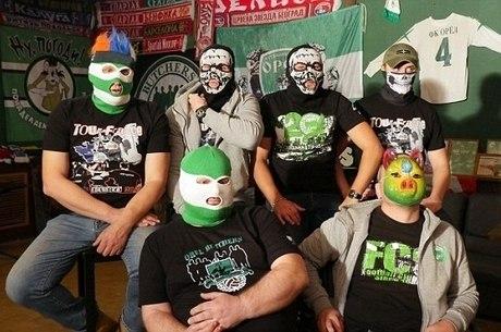 Hooligans em cena de documentário exibido pela BBC