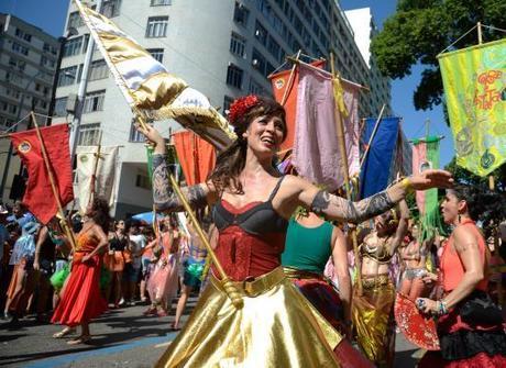 Foliões ocupam ruas em quase<br />50 blocos neste domingo